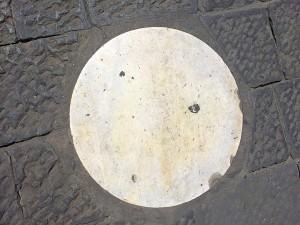 Lastra di marmo dietro al Duomo