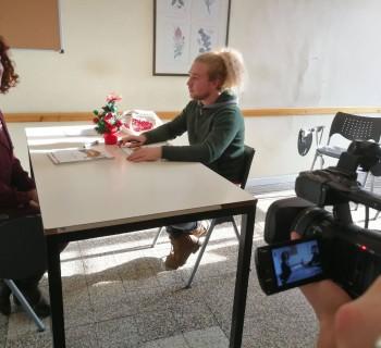Cosa ci fa una telecamera e un personaggio verde alla Scuola Leonardo da Vinci?
