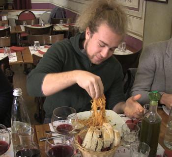 Elf in the school: l'elfo Vilhem ha scelto gli spaghetti, guardate cosa combina!